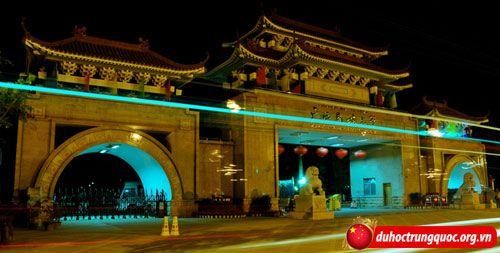 Dai-hoc-dan-toc-Quang-Tay2