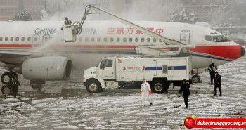 Vì máy bay cất cánh trễ, 25 hành khách mở cửa thoát hiểm