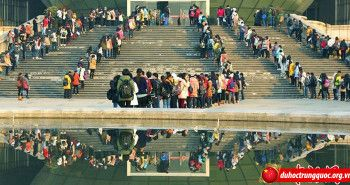 Sinh viên đông đúc xếp hàng vào thư viện ôn thi
