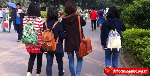 sv-dai-hoc-dan-toc-Quang-Tay