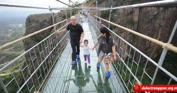 Cây cầu bằng kính rùng rợn tại Hồ Nam, Trung Quốc