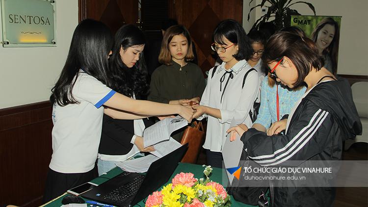Vinahure trao quà cho các bạn học viên tham dự ngày hội