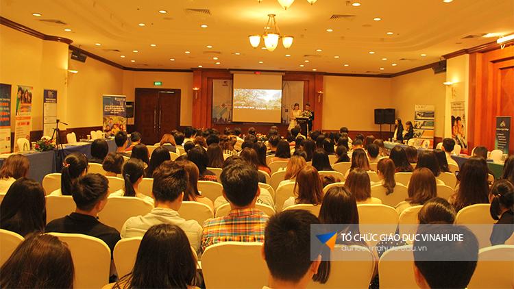 Học viên chăm chú xem video giới thiệu các trường quốc tế