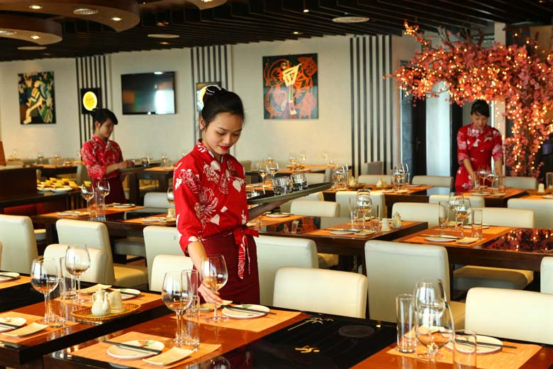 Làm việc trong nhà hàng các bạn có thể rèn luyện được kĩ năng giao tiếp.